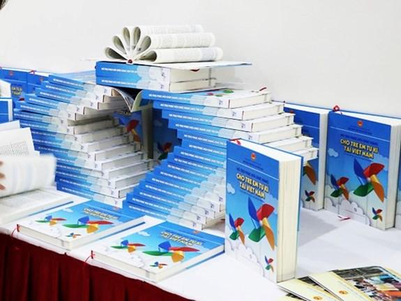 PNJ trao tặng cho các phụ huynh bộ tài liệu hỗ trợ và phục hồi chức năng cho trẻ em tự kỷ tại Việt Nam 1