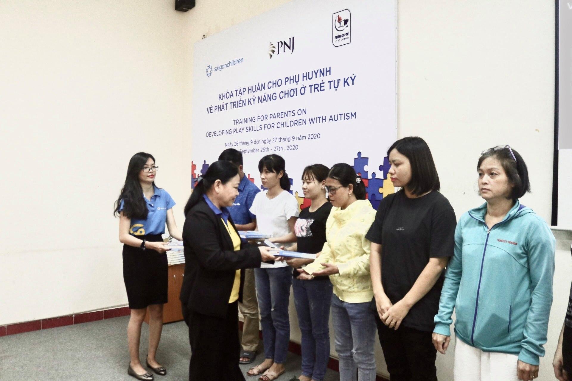 PNJ trao tặng cho các phụ huynh bộ tài liệu hỗ trợ và phục hồi chức năng cho trẻ em tự kỷ tại Việt Nam 4