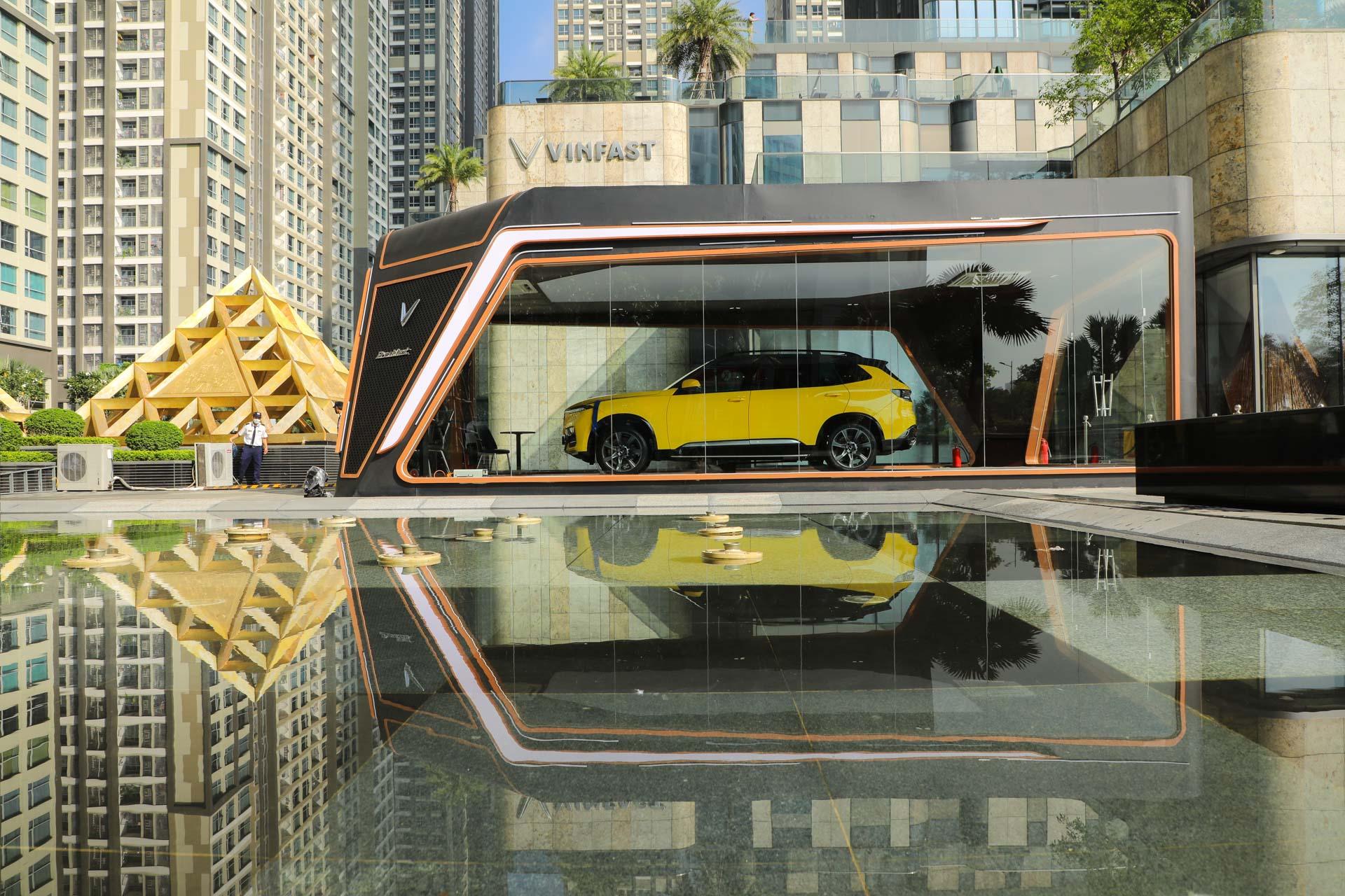 VinFast President khoe dáng bên Landmark 81: Chất từ xe đến… phòng trưng bày 5