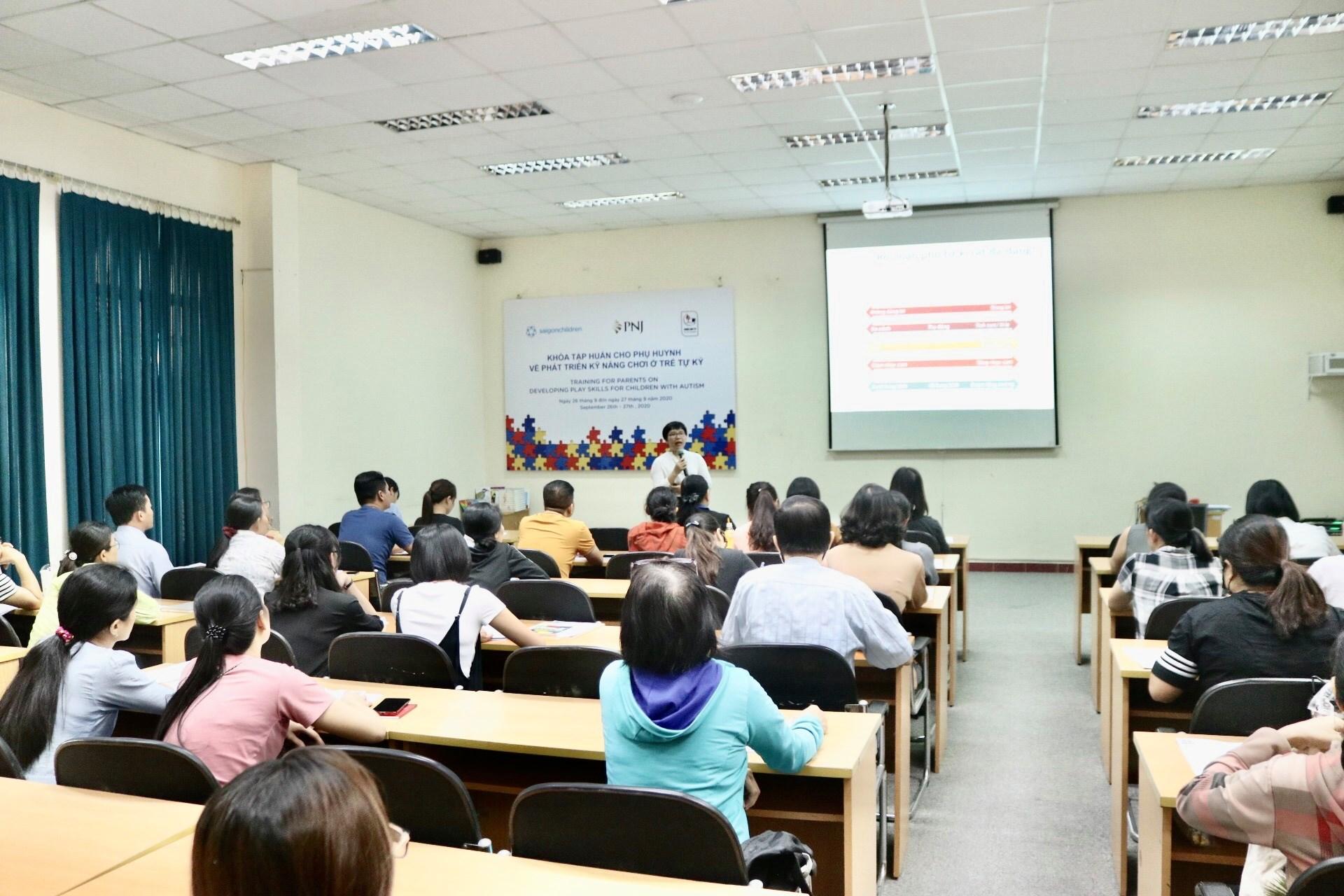 PNJ trao tặng cho các phụ huynh bộ tài liệu hỗ trợ và phục hồi chức năng cho trẻ em tự kỷ tại Việt Nam 2