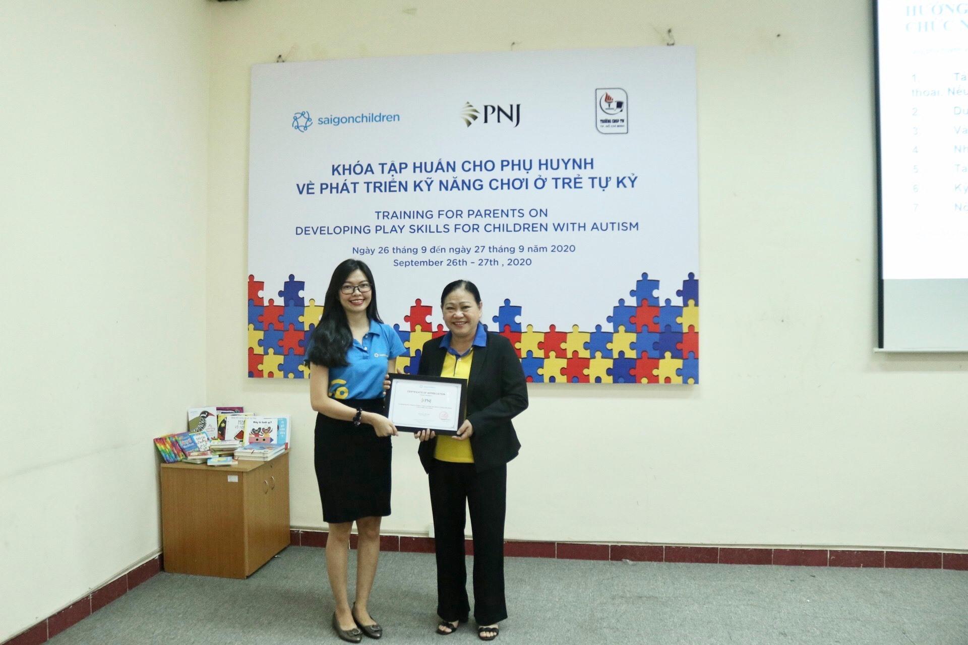 PNJ trao tặng cho các phụ huynh bộ tài liệu hỗ trợ và phục hồi chức năng cho trẻ em tự kỷ tại Việt Nam 5