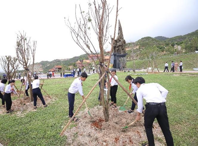 Vinamilk trồng cây tại các địa danh lịch sử mang lại giá trị tinh thần và lợi ích thiết thực 12