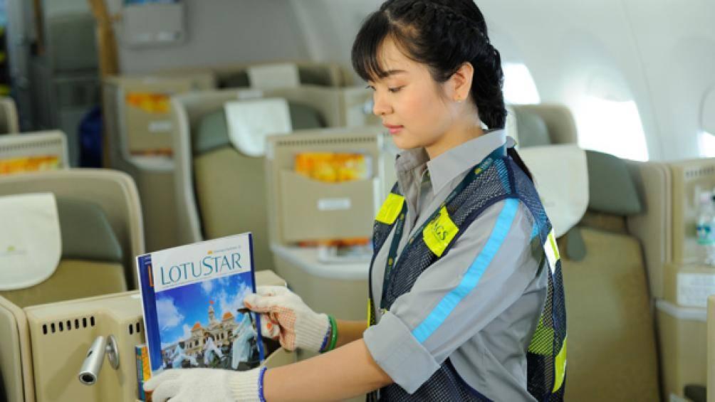 Nhân viên VIAGS làm vệ sinh trên tàu bay. Ảnh: Báo Giao thông