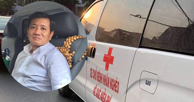 Ông Đoàn Ngọc Hải tự lái xe cứu thương chở bệnh nhân nghèo về quê miễn phí. Ảnh: Dân Việt