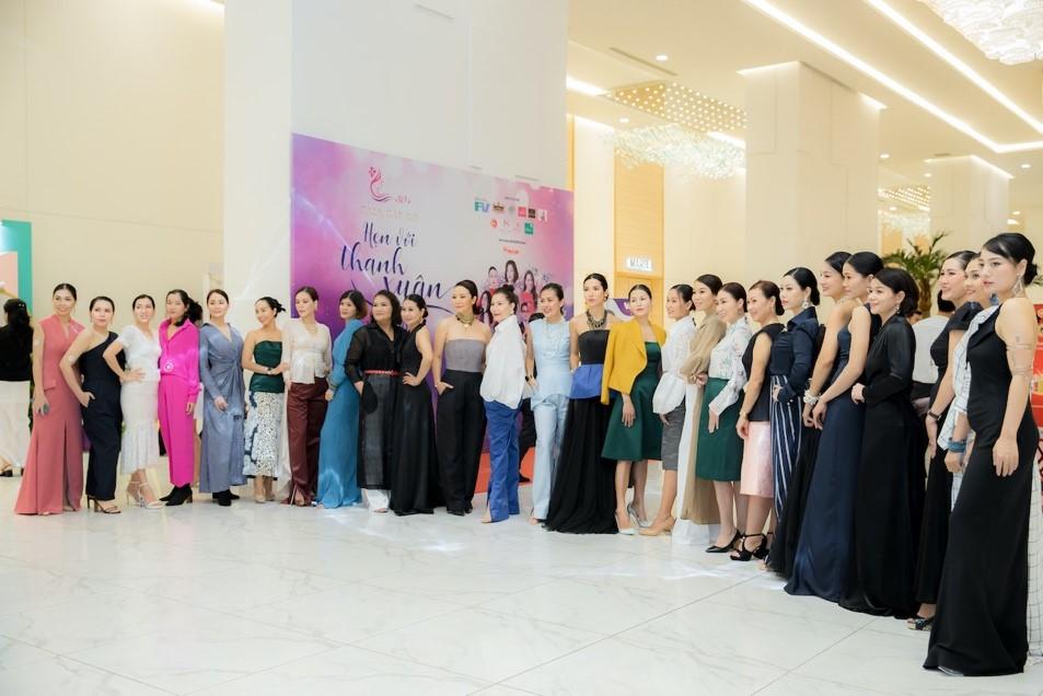 """Những """"người mẫu"""" đặc biệt tự tin catwalk với bộ sưu tập của Mr Crazy & Lady Sexy 1"""