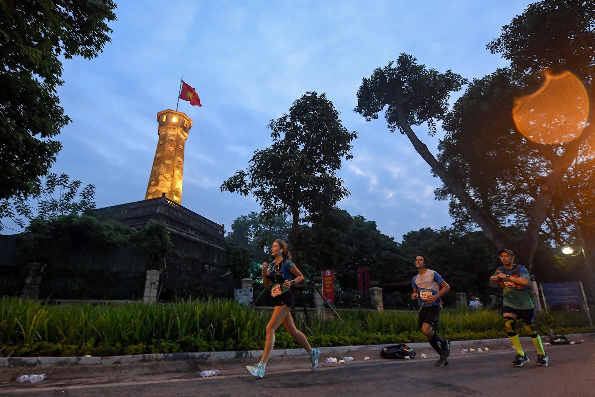 """""""Đón bình minh – Chào bình thường mới"""" cùng VPBank Hanoi Marathon ASEAN 2020 2"""