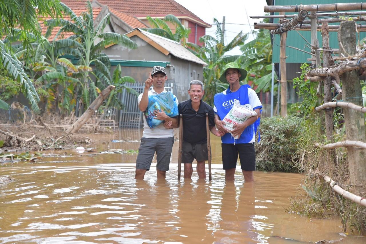 Quà cứu trợ trao tận tay người dân vùng lũ 3