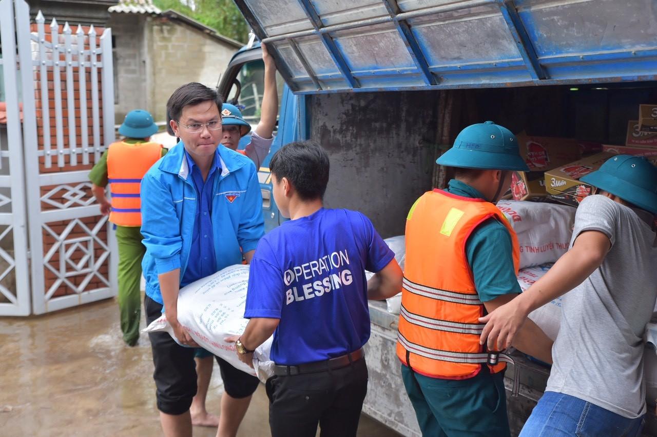 Quà cứu trợ trao tận tay người dân vùng lũ 4