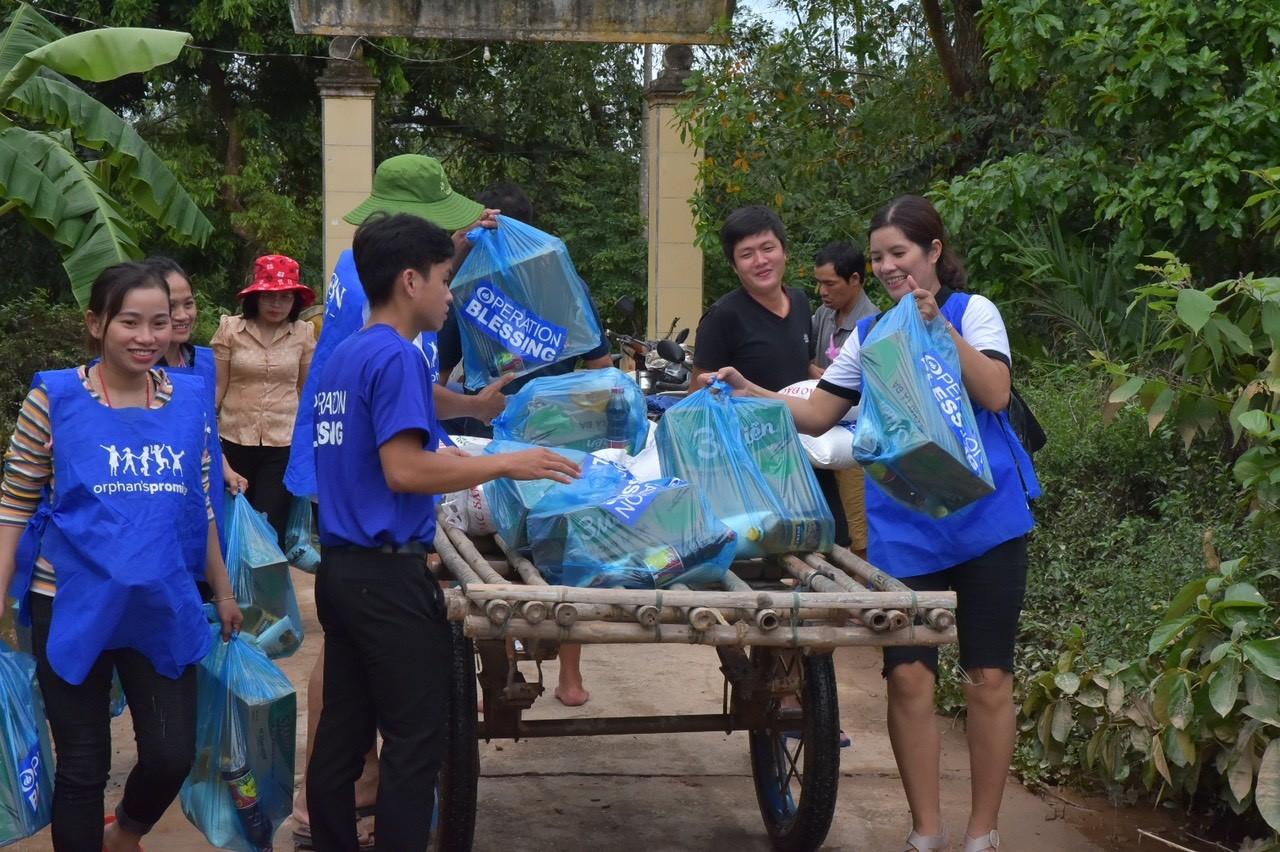 Quà cứu trợ trao tận tay người dân vùng lũ 6