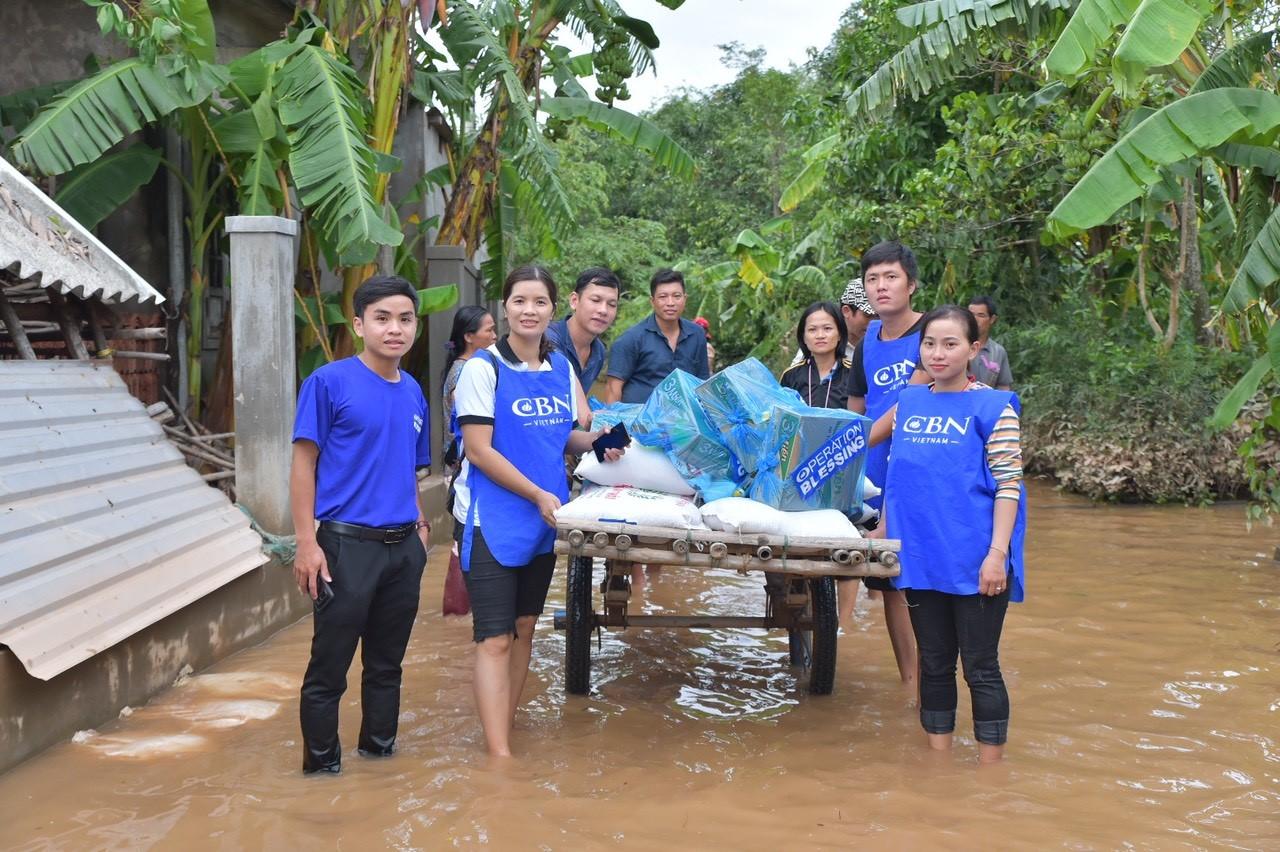 Quà cứu trợ trao tận tay người dân vùng lũ 7