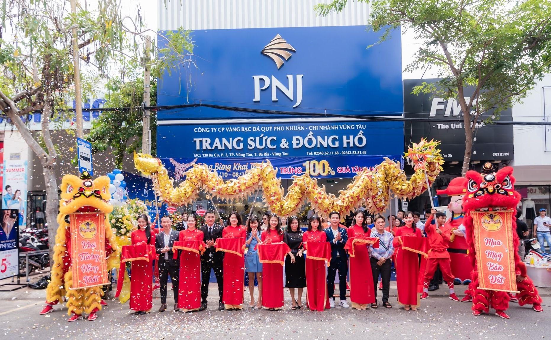 Ban giám đốc PNJ cùng đại diện cơ quan chính quyền địa phương cắt băng khánh thành khai trương PNJ Center BaCu