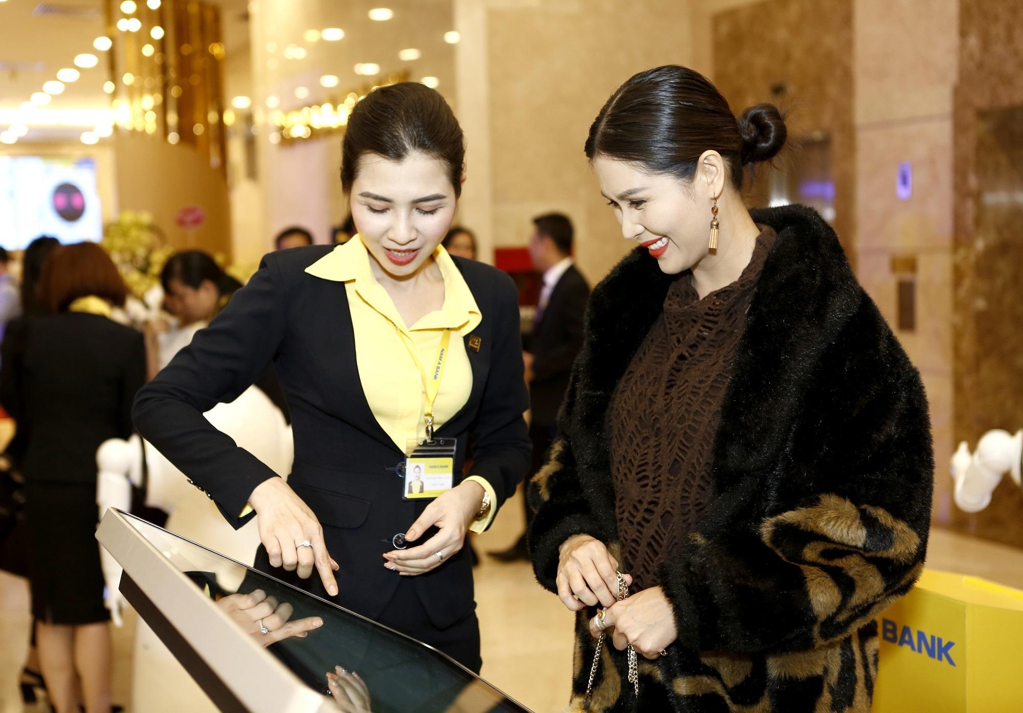 Khách hàng trải nghiệm các sản phẩm dịch vụ ngân hàng số tại Nam A Bank.