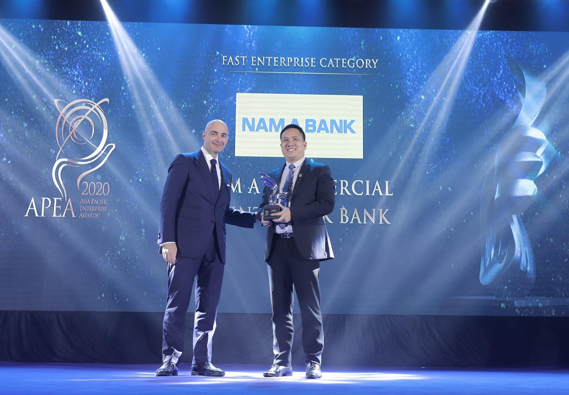 Đại diện Nam A Bank – Ông Hà Huy Cường (Phó Tổng Giám đốc) nhận giải thưởng Corporate Excellence Award - Doanh nghiệp xuất sắc Châu Á và Fast Enterprise Award - Doanh nghiệp tăng trưởng nhanh.
