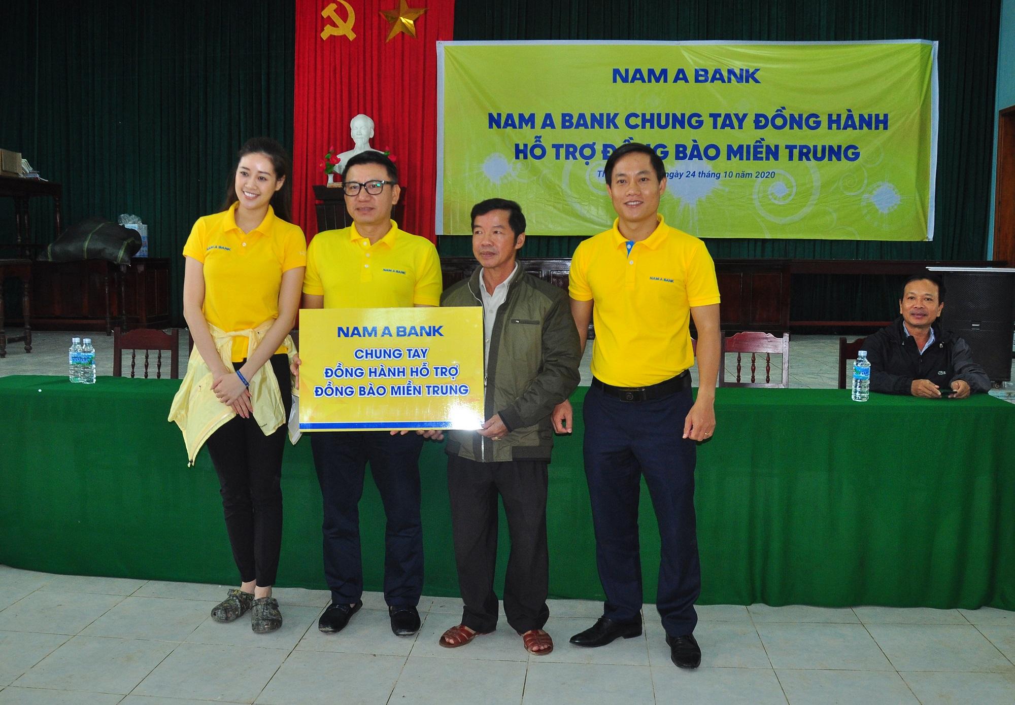 Đại diện Nam A Bank cùng Đại sứ nhân ái Nguyễn Trần Khánh Vân - Hoa hậu Hoàn vũ Việt Nam 2019 trao quà cho các hộ gia đình, cá nhân bị ảnh hưởng bão lũ.