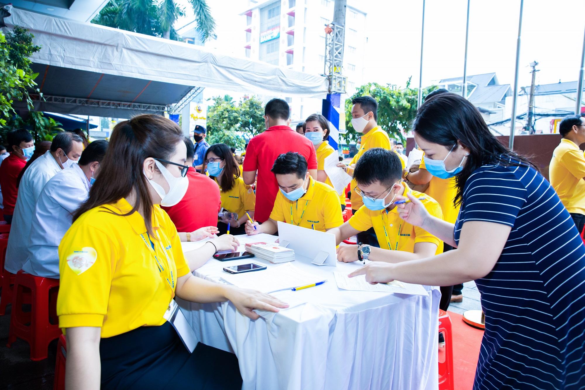 Gần 400 đơn vị máu được hiến tặng tại Ngày Hội Đỏ Nam A Bank 2020 1