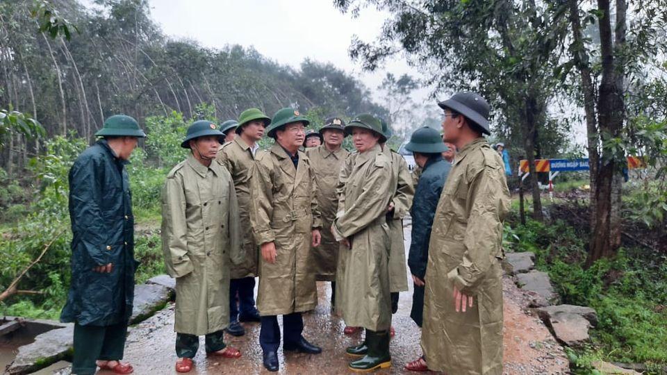 Phó Thủ tướng Trịnh Đình Dũng trực tiếp chỉ đạo tìm kiếm 30 người mất tích liên quan đến thủy điện Rào Trăng 3. Ảnh: Dân Việt