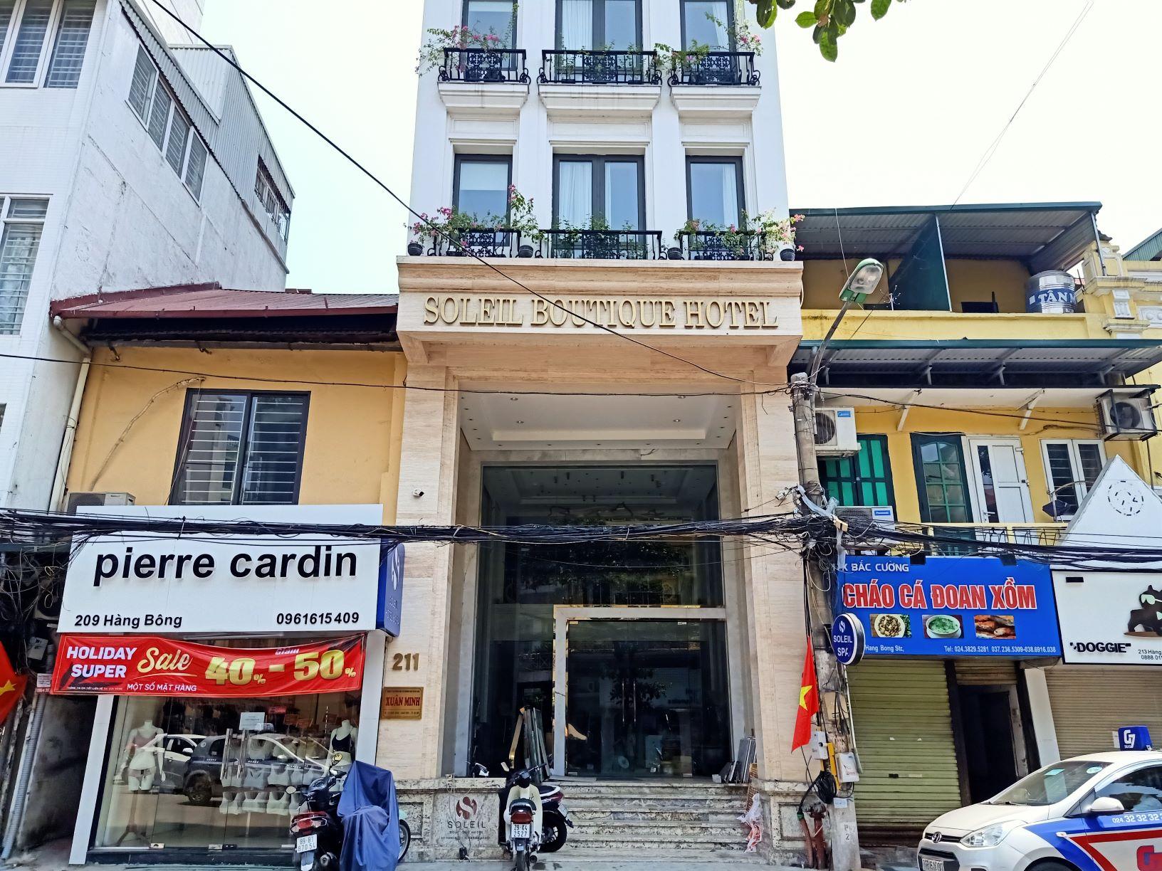 Một khách sạn tại một trong những khu phố đắt đỏ bậc nhất Thủ đô đang đóng cửa để sửa chữa. Ảnh: Kinh tế & Tiêu dùng