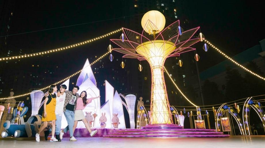 TTTM Vincom nổi danh là điểm đến luôn mang đến những Décor cực ấn tượng dịp Trung Thu, năm nay Vincom tiếp tục ghi dấu kỷ lục Cây Đèn lồng Hoa đăng lớn nhất Việt Nam tại Vincom Mega Mall Royal City
