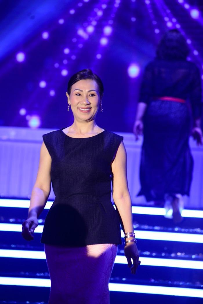 Chị Thương Huyền rạng ngời hạnh phúc trên sàn catwalk trước 500 khách mời