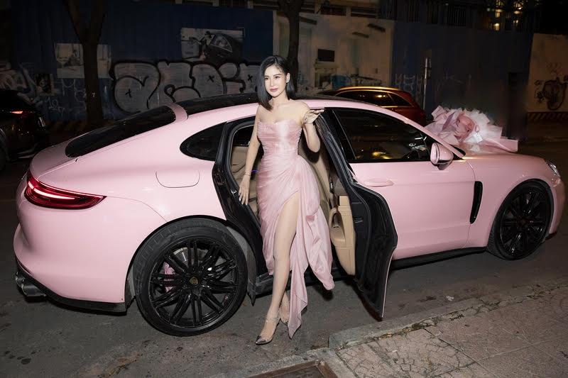 Hoa Hậu Phạm Oanh diện váy cúp ngực, xẻ táo bạo ngồi xế sang tới nhà hàng mừng tuổi mới 2