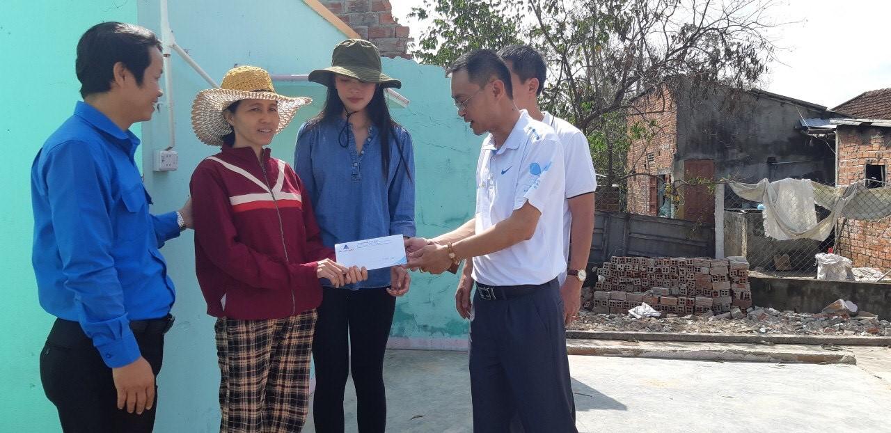 Căn nhà chị Phạm Thị Út sau bão chỉ còn cái nền nhà.