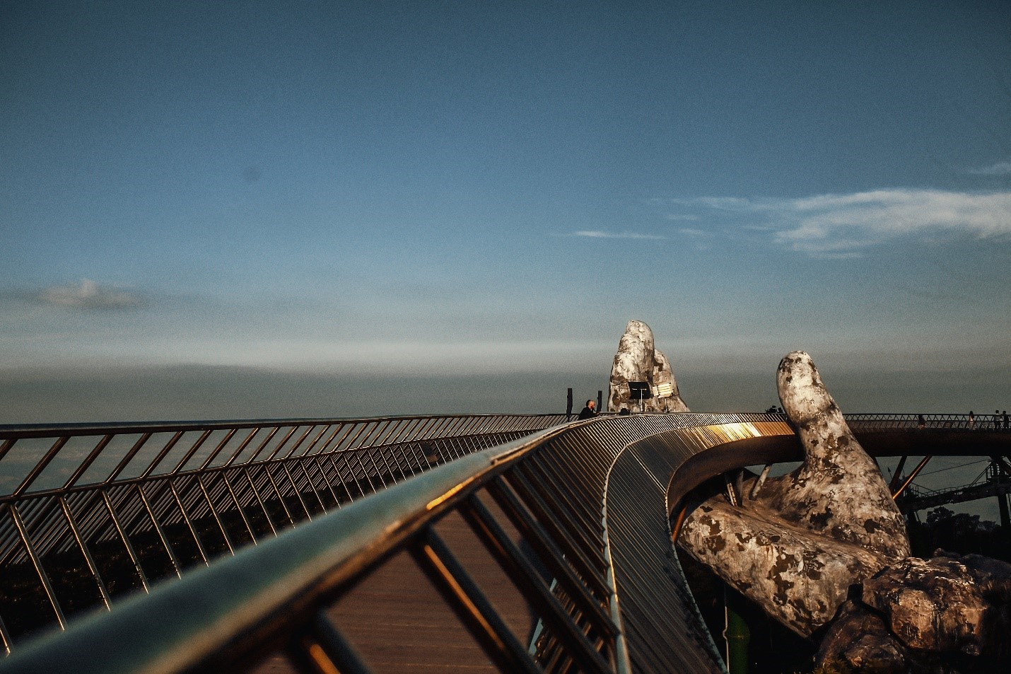 Chiêm ngưỡng những khoảnh khắc nghệ thuật bay bổng tại Cầu Vàng 8
