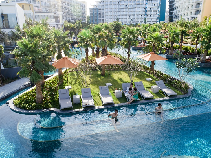 Bể bơi tràn bờ tại Khu nghỉ dưỡng Premier Residences Phu Quoc Emerald Bay