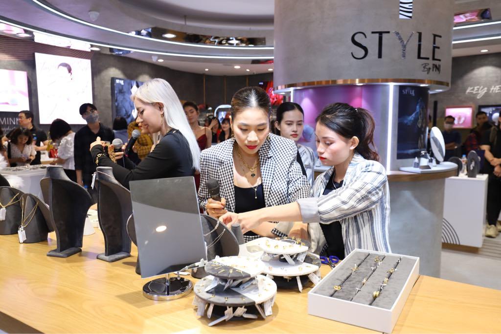 Giám đốc Sáng tạo PNJ Anna Võ cùng Châu Bùi thử tài mix & match trang sức và phụ kiện