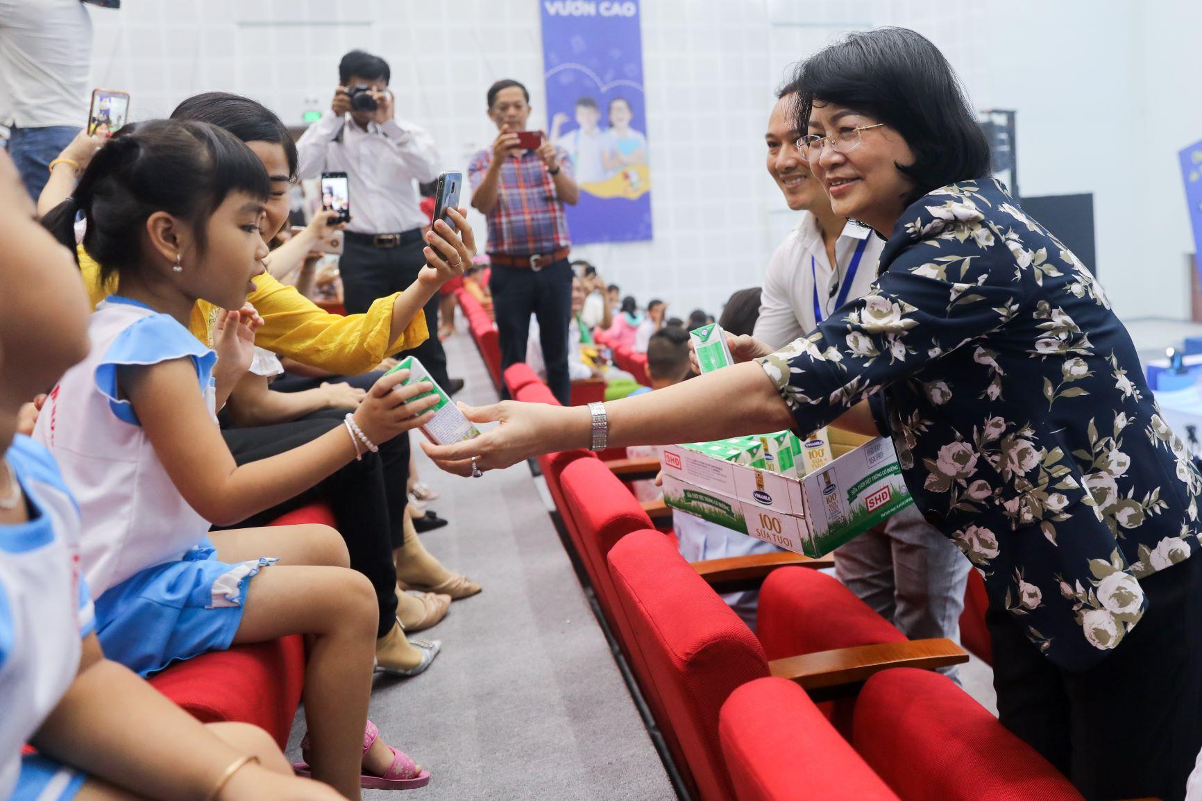 Vinamilk tổ chức Ngày hội Sữa học đường, mang niềm vui uống sữa tại trường đến với trẻ em Vĩnh Long 2