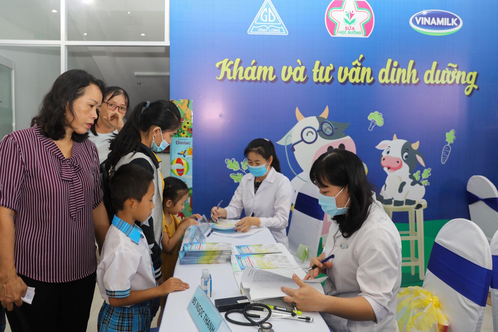 Vinamilk tổ chức Ngày hội Sữa học đường, mang niềm vui uống sữa tại trường đến với trẻ em Vĩnh Long 13