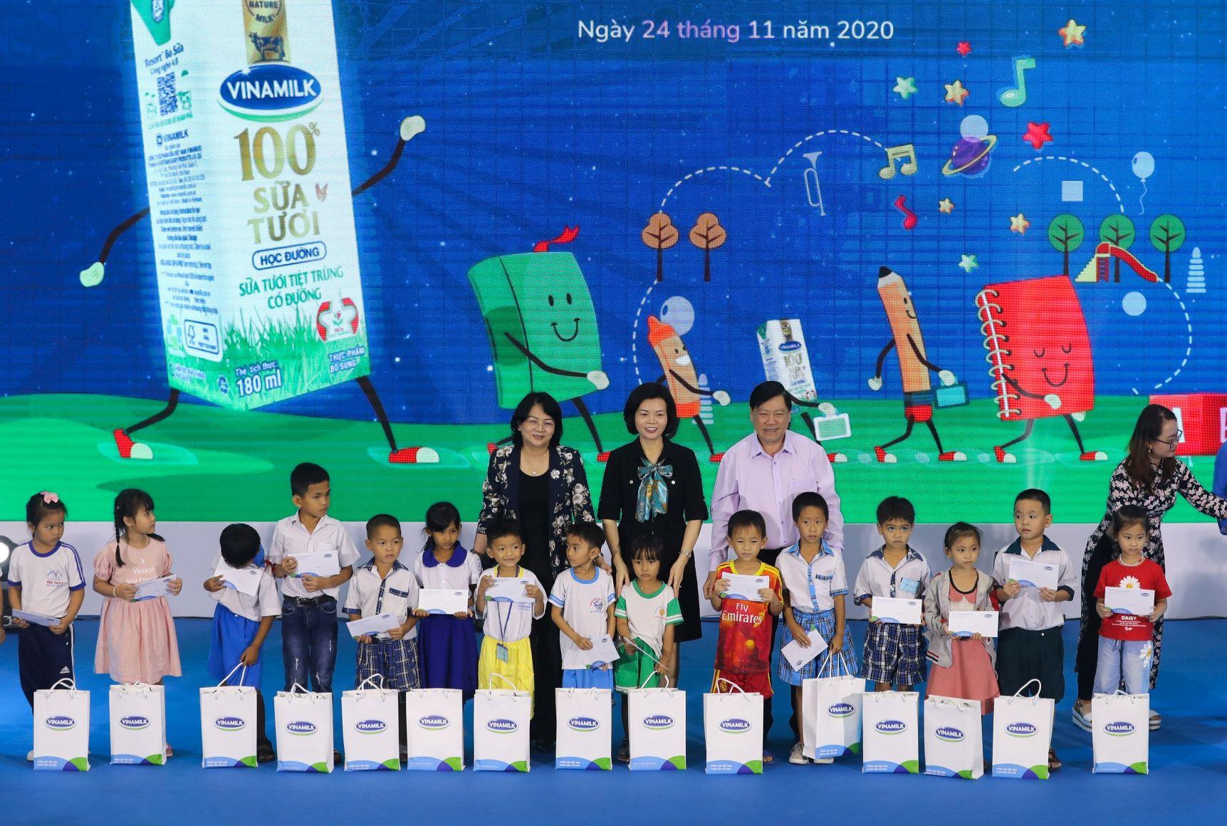 Vinamilk tổ chức Ngày hội Sữa học đường, mang niềm vui uống sữa tại trường đến với trẻ em Vĩnh Long 5