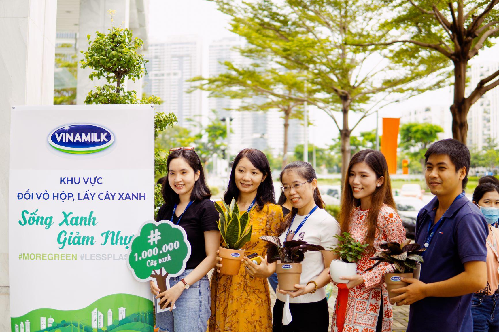 """Bên cạnh tham gia chiến dịch online, tập thể nhân viên Vinamilk còn tổ chức nhiều hoạt động """"offline"""" đồng hành như Ngày hội sống xanh, Đổi vỏ hộp lấy cây xanh…"""
