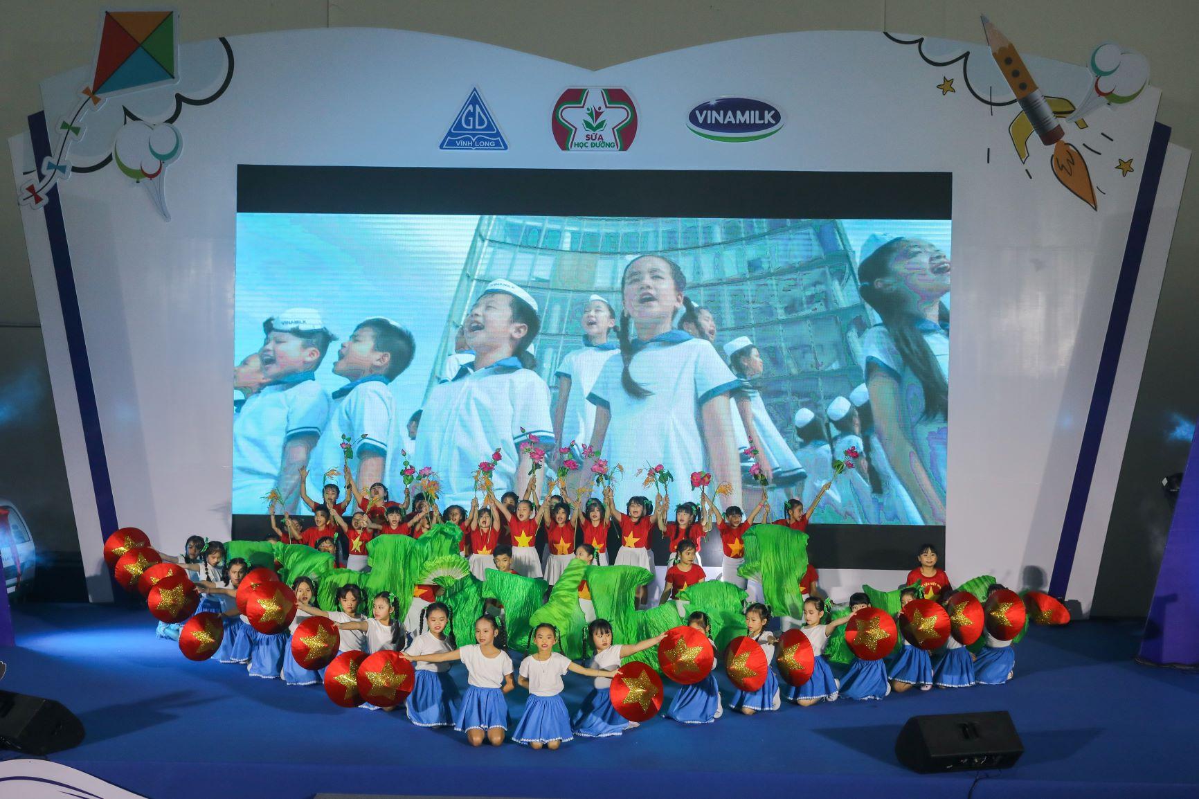 Vinamilk tổ chức Ngày hội Sữa học đường, mang niềm vui uống sữa tại trường đến với trẻ em Vĩnh Long 9