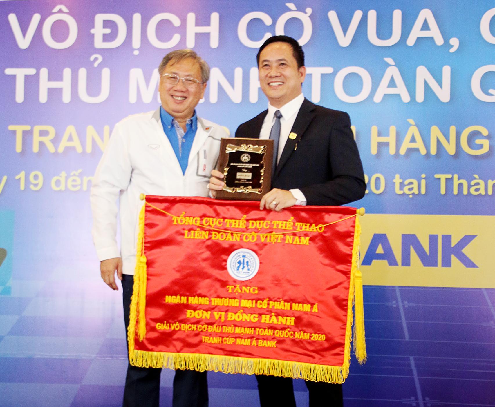 Ông Mai Bá Hùng – Phó Giám đốc Sở Văn hóa và Thể thao TP.HCM trao tặng cờ và cúp lưu niệm cho Ông Hà Huy Cường – Phó Tổng Giám đốc Nam A Bank