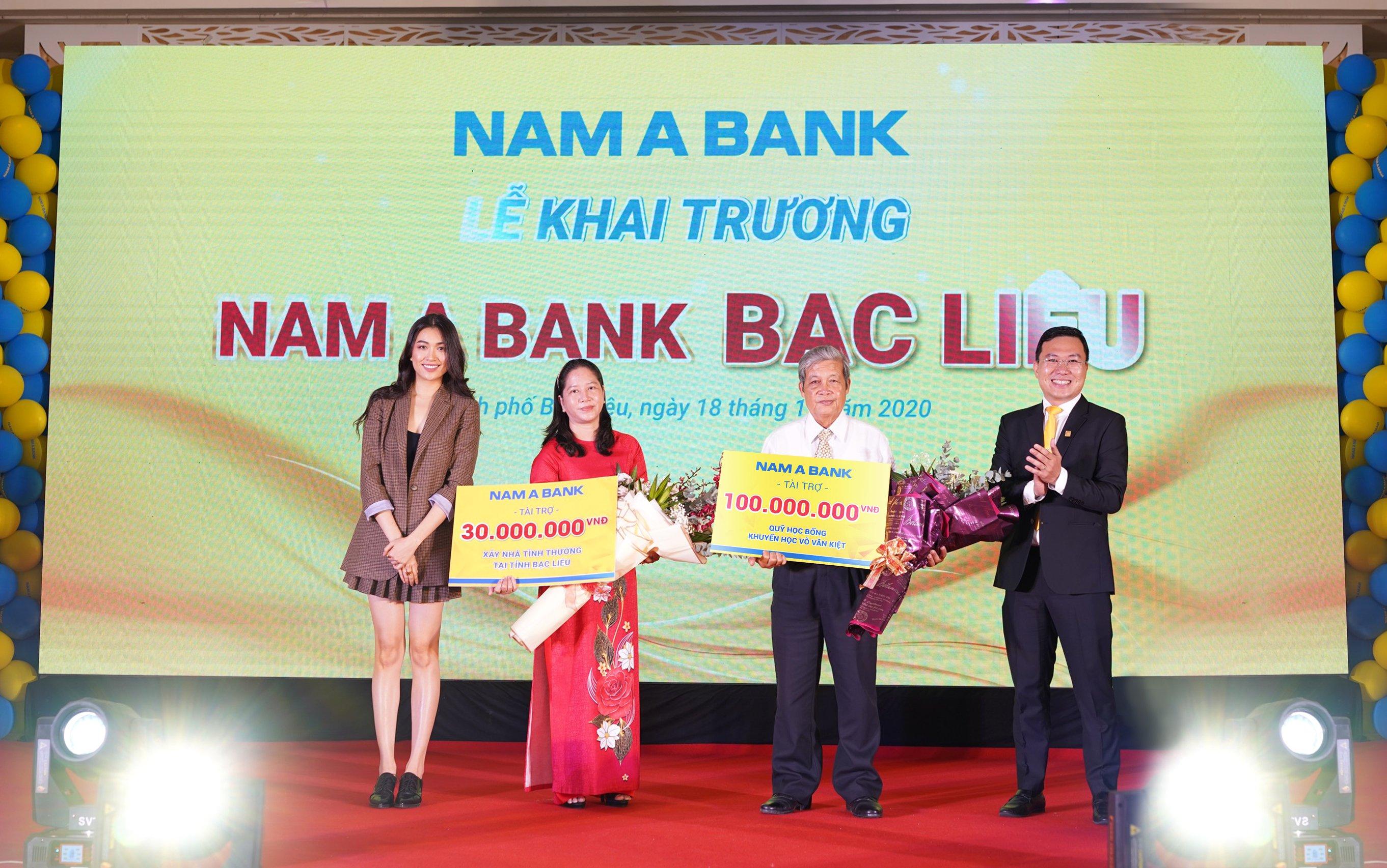Nhân dịp này, Nam A Bank đã trao tặng nhiều phần quà ý nghĩa, hướng đến sự phát triển bền vững địa phương