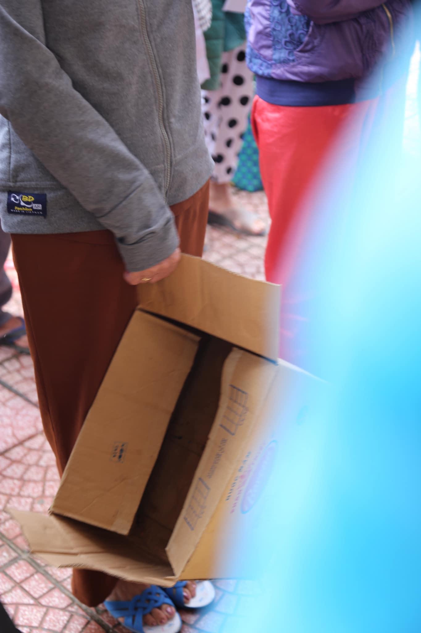 Những món quà cứu trợ ý nghĩa được trao tận tay bà con Miền trung của diễn đàn Nhà Báo và PR 12