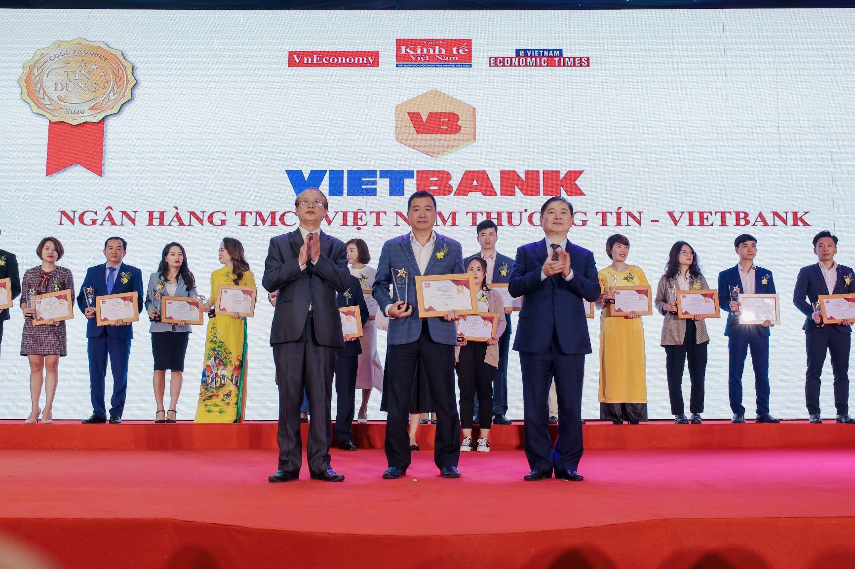Đại diện Vietbank nhận giải Top 100 sản phẩm, dịch vụ Tin & Dùng 2020