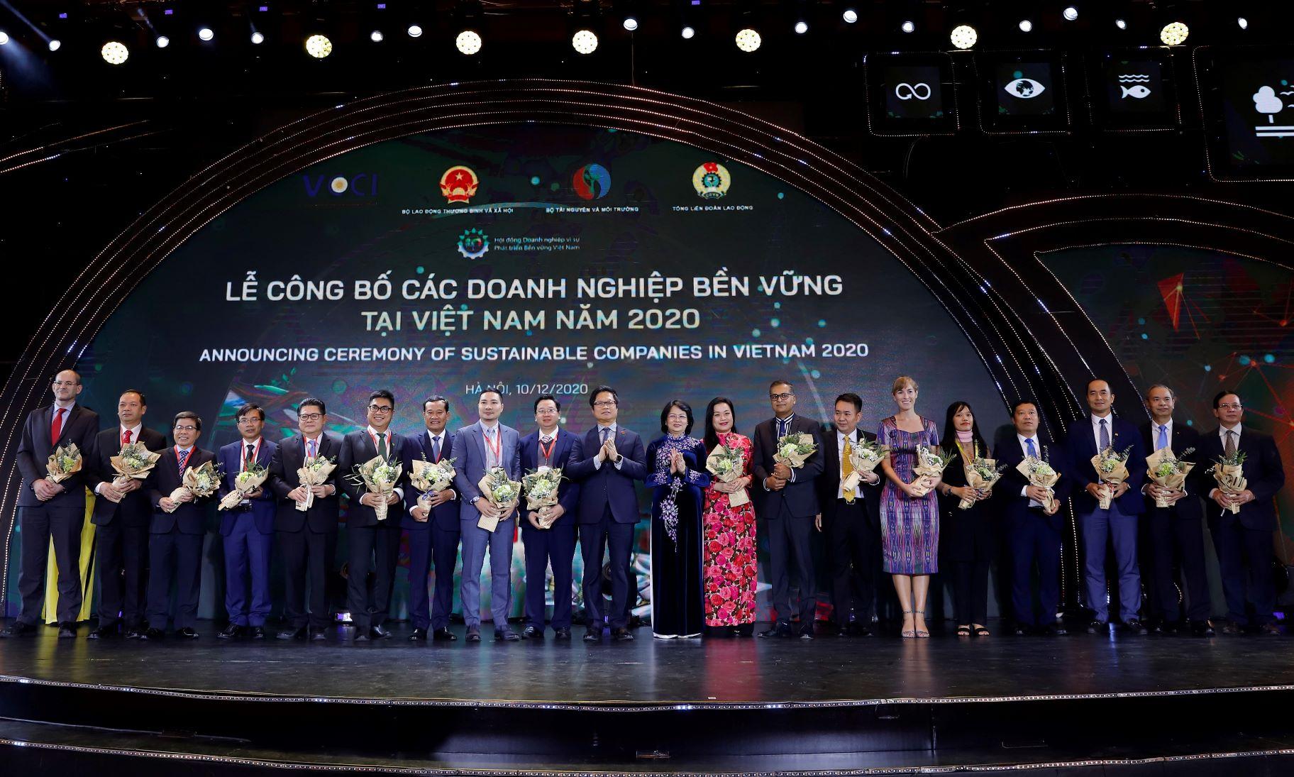 Phó Chủ tịch nước Đặng Thị Ngọc Thịnh trao hoa chúc mừng cho Top các Doanh nghiệp bền vững của Việt Nam năm 2020