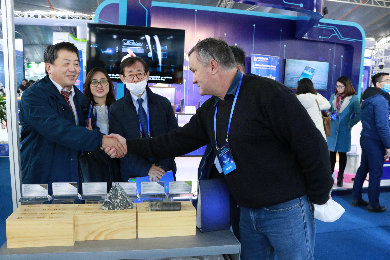 Tổng Giám đốc Masan High-Tech Materials chia sẻ thông tin về các sản phẩm vật liệu công nghệ cao của Công ty tới khách tham quan