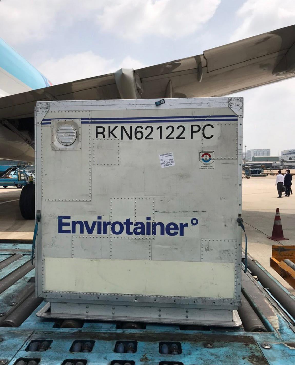 Máy bay chở hơn 117.000 liều vaccine ngừa Covid-19 đầu tiên đã đến Việt Nam 18