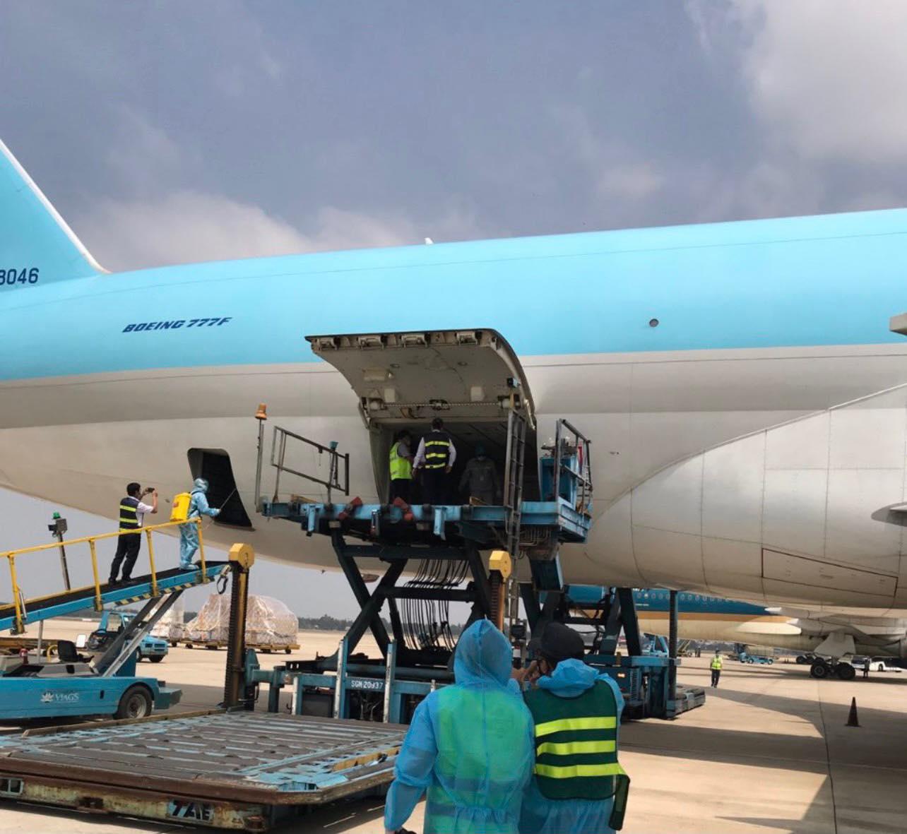 Máy bay chở hơn 117.000 liều vaccine ngừa Covid-19 đầu tiên đã đến Việt Nam 17