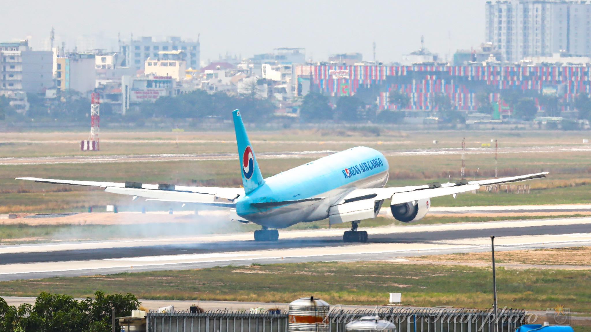 Máy bay chở hơn 117.000 liều vaccine ngừa Covid-19 đầu tiên đã đến Việt Nam 16