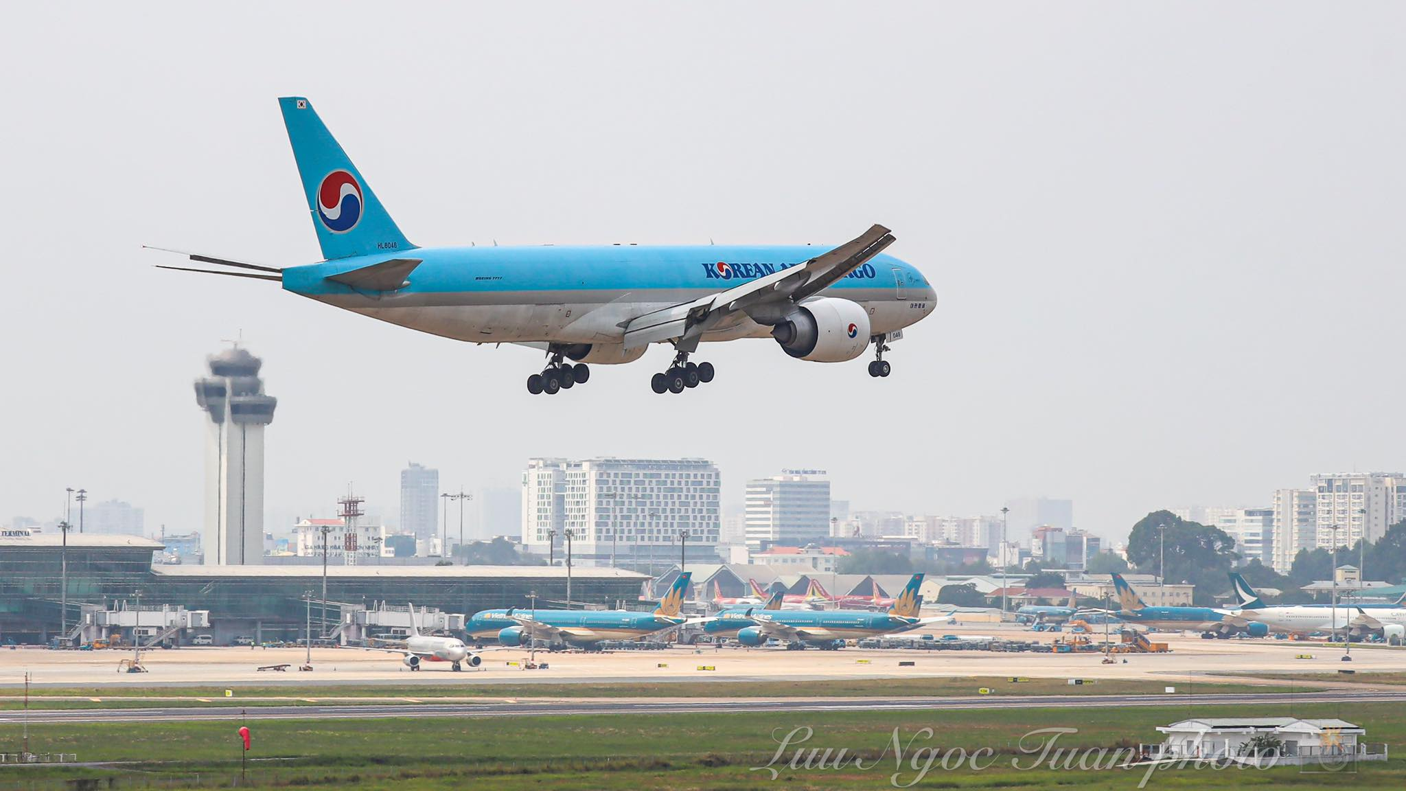Máy bay chở hơn 117.000 liều vaccine ngừa Covid-19 đầu tiên đã đến Việt Nam 15
