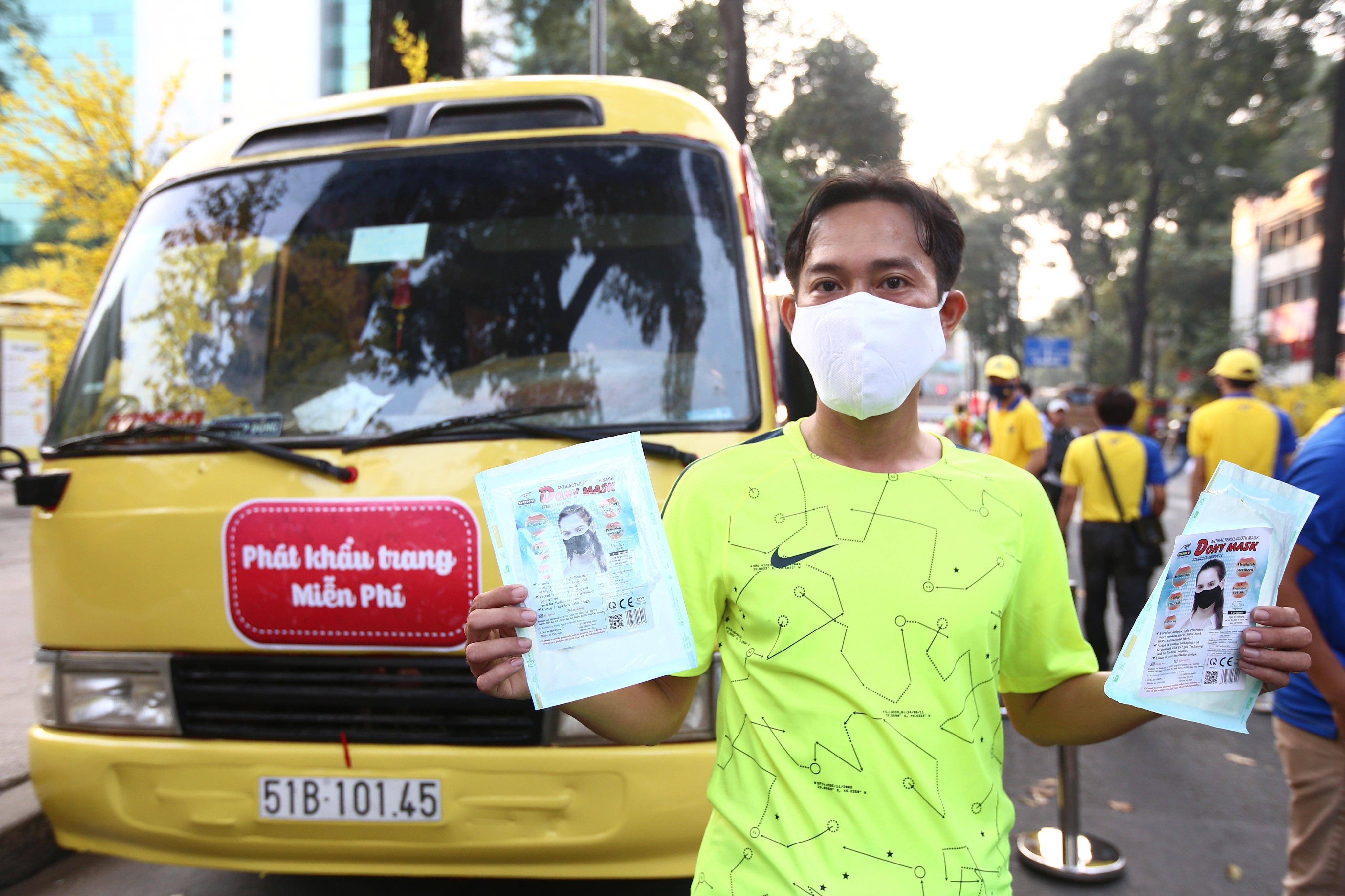 Xe buýt khẩu trang phát tự động 100.000 cái miễn phí cho người dân Sài Gòn 1
