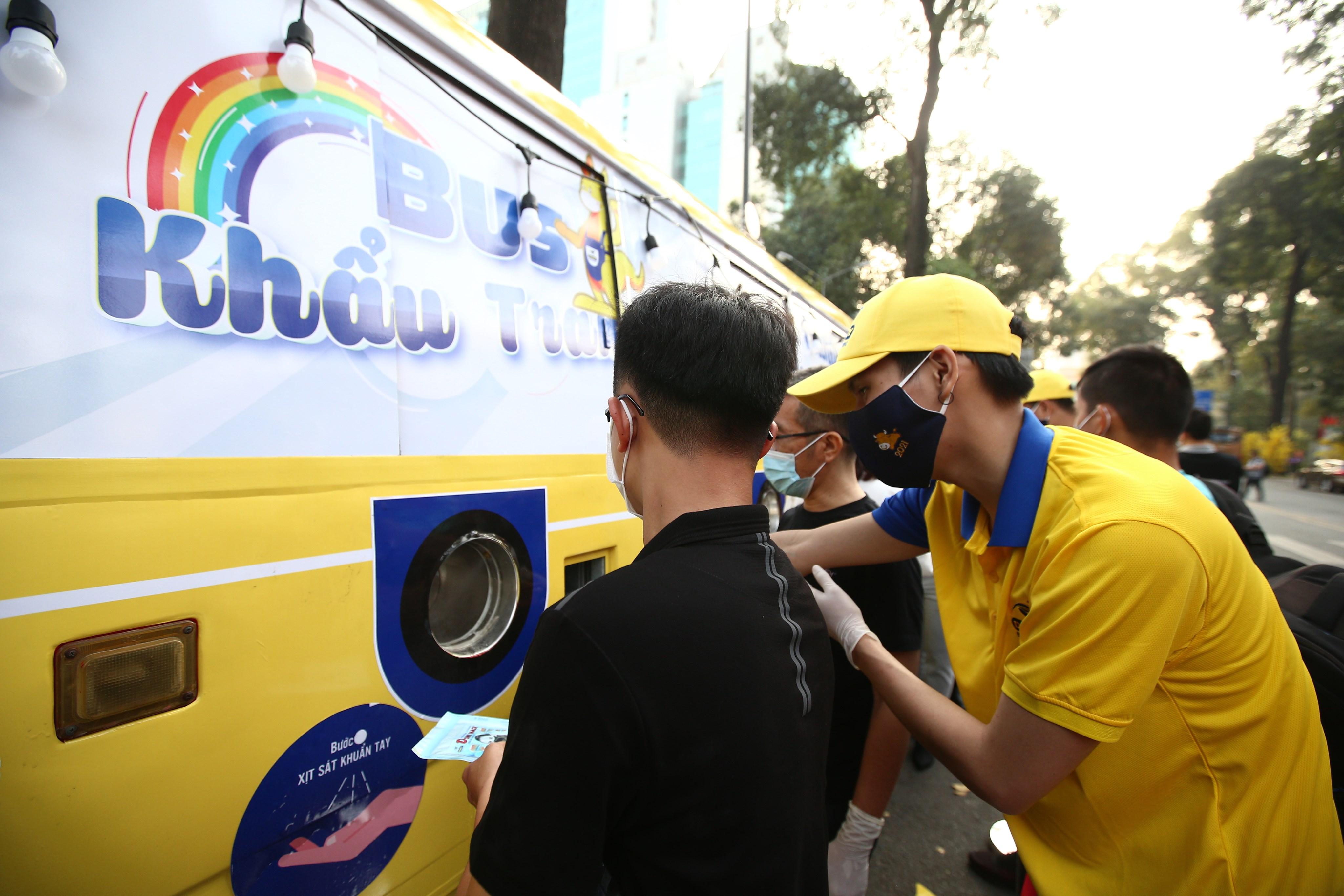 Xe buýt khẩu trang phát tự động 100.000 cái miễn phí cho người dân Sài Gòn 2