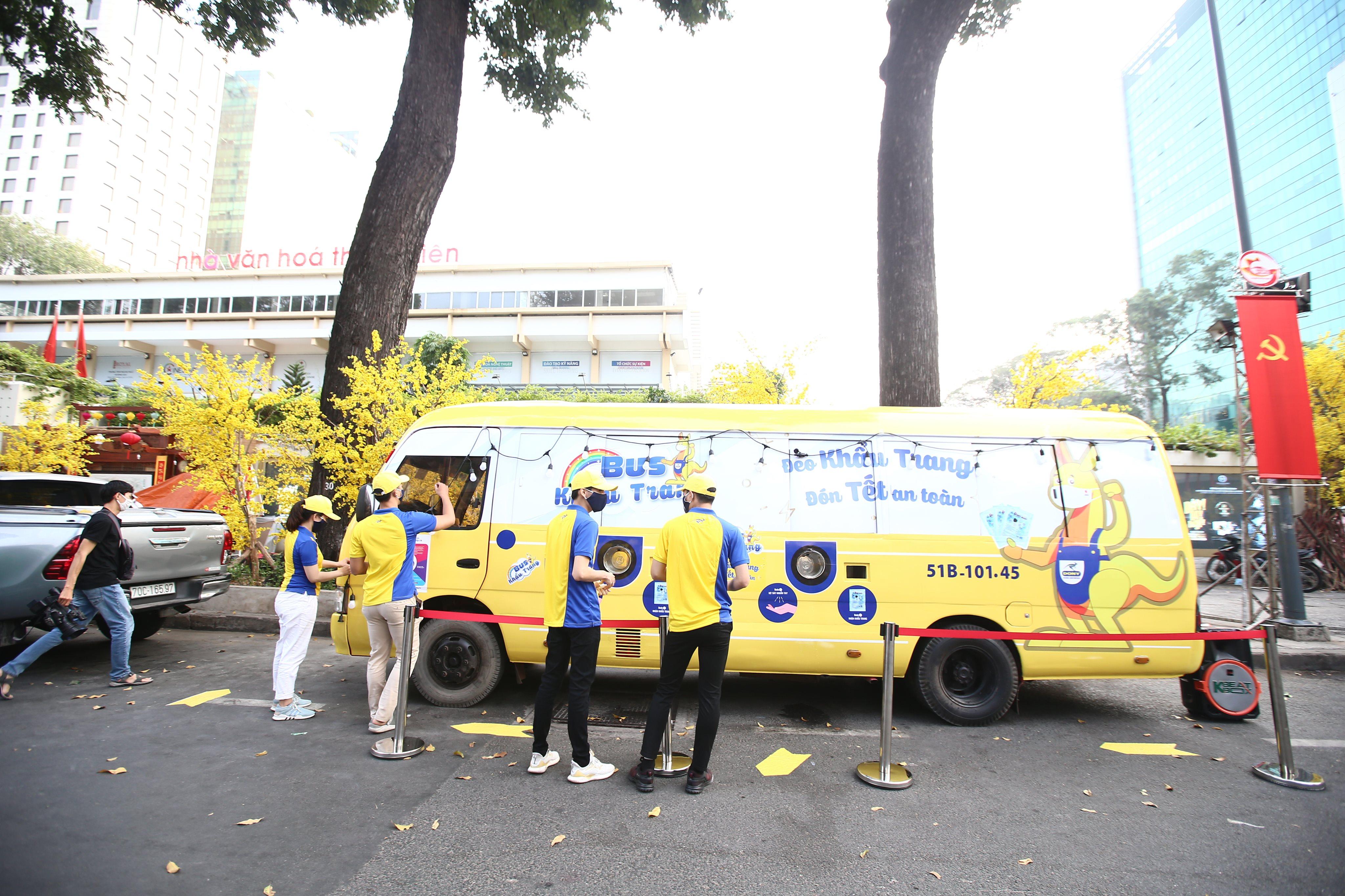 Xe buýt khẩu trang phát tự động 100.000 cái miễn phí cho người dân Sài Gòn 3