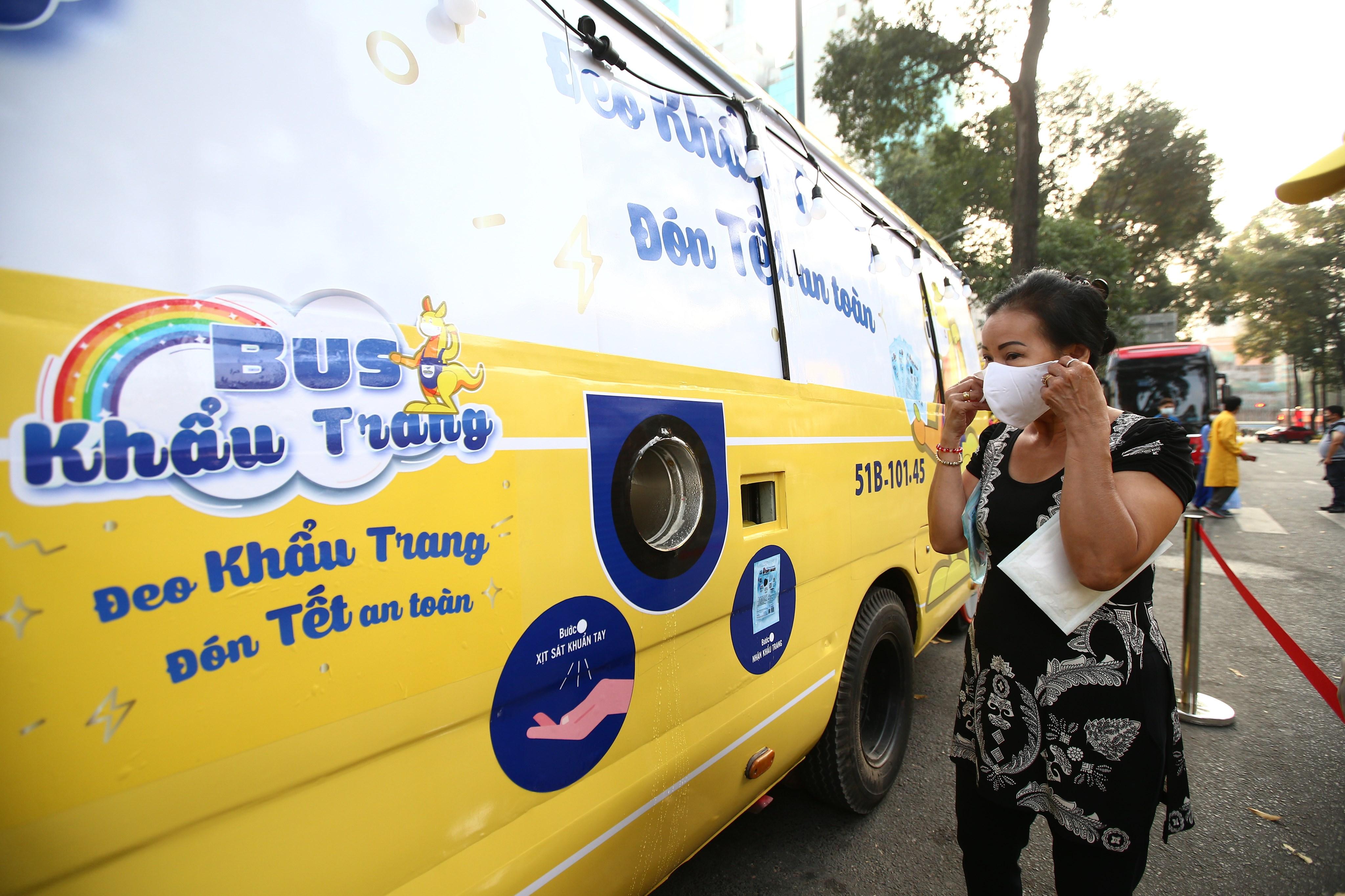 Xe buýt khẩu trang phát tự động 100.000 cái miễn phí cho người dân Sài Gòn 4