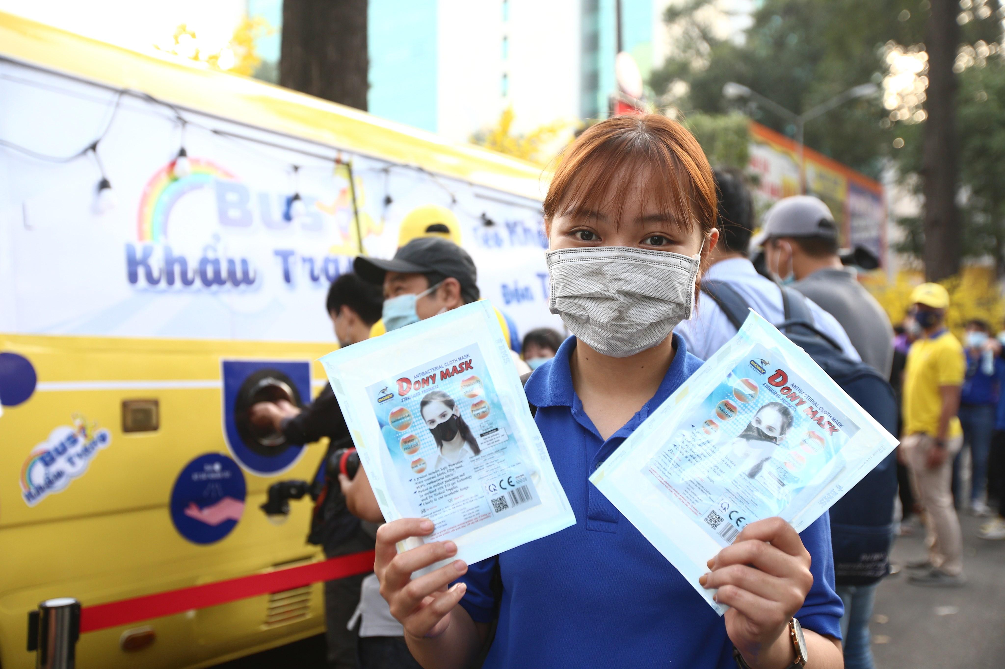 Xe buýt khẩu trang phát tự động 100.000 cái miễn phí cho người dân Sài Gòn 5