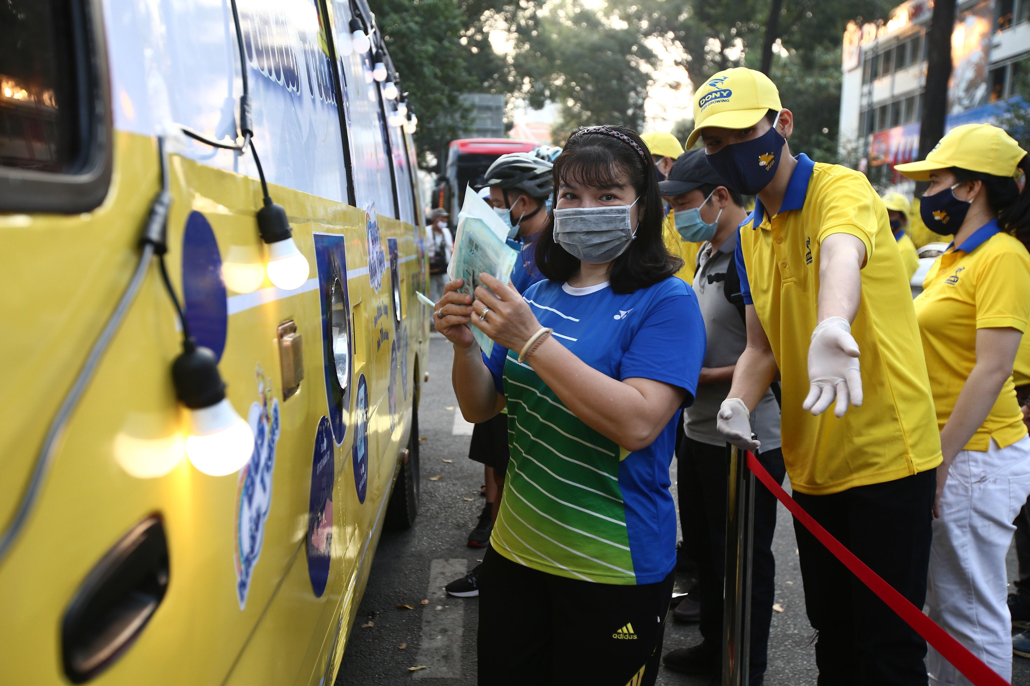 Xe buýt khẩu trang phát tự động 100.000 cái miễn phí cho người dân Sài Gòn 6