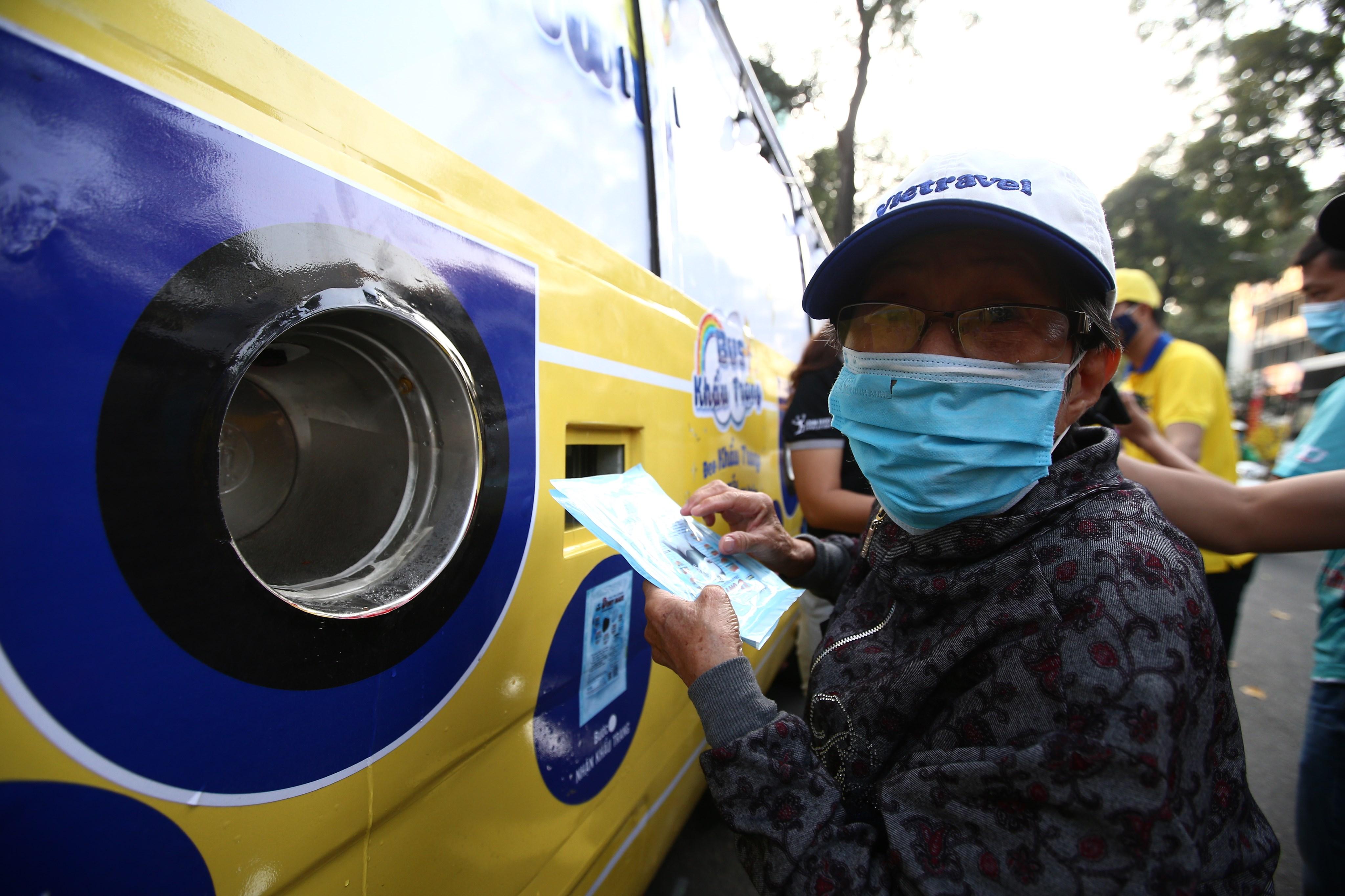 Xe buýt khẩu trang phát tự động 100.000 cái miễn phí cho người dân Sài Gòn 7
